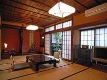 ☆【本館】天間踏み込み+10帖の和室です。広々としたお部屋や和ダンス