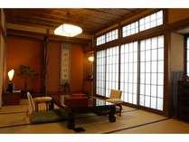 【本館/天間】踏み込み+10帖の和室です。広々としたお部屋や和ダンス