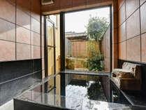 *【離れ/蔵間】内風呂と露天風呂は繋がっており、贅沢時間を独り占めできます。
