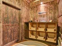 *【貸切家族風呂】脱衣所。木のぬくもりに包まれた温かい空間。