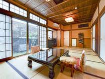 *【本館/天間】踏み込み+10帖の和室です。広々としたお部屋や和ダンス