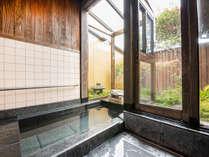 *【離れ/庵間】お部屋のお風呂で庭や空を眺めながら浸かれます。