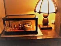 ☆【本館/海間】可愛らしいお地蔵様人形と客室照明でございます。