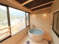 『天音の間』展望陶器風呂/景色を眺めながらお寛ぎいただけます。