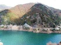 全ての客室からダム湖と奥吉野の雄大な山が望めます