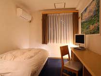 シングルルームはご自宅の様に居心地の良い空間。女性フロア完備。インターネットも全室接続無料。