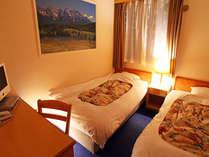お得な訳ありツインルームは、通常ツインより若干狭いお部屋ですが、その分お値段お得です!