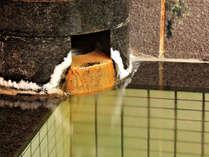 【温泉】無色でわずかな塩気があるかみのやま温泉を贅沢に源泉かけ流しでお楽しみください。