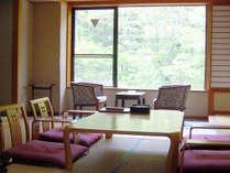 *緑豊かな自然がのぞく明るい客室でお寛ぎ下さい。(客室一例)