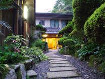 *【外観】桜と歴史の景勝地、世界遺産に登録された吉野山の山懐に佇みます。