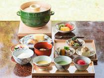 朝食は国内外から高い評価を受ける「日本料理 柏屋」の主、松尾英明氏が監修の和食を。
