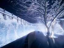 【氷瀑の湯】アイスブルーに輝く氷瀑を望む絶景露天風呂。12月末頃よりお楽しみ頂けます。