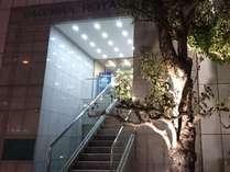正面入り口玄関※フロントへは階段またはエレベーターで2Fへお越しください。