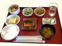 朝は〔和朝食〕をご用意。お味噌汁にご飯、焼き魚と爽やかな朝にぴったりの食事です