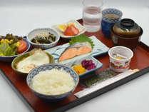【和朝食】お味噌汁にご飯、焼き魚と爽やかな朝にぴったりの食事です