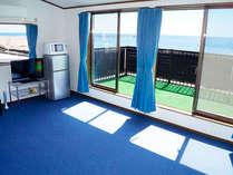 青で統一されたお部屋からは太平洋が一望できます。【10名様まで宿泊できるオーシャンブルー館】