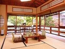 日本庭園を一望できる人気の角部屋(竹の間)です。(国登録有形文化財)