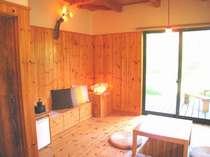 やわらかなあかりの行灯と、木のぬくもりに包まれた室内 (冬は、ほっこりと掘りごたつ)