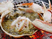 フルコース「活カニの贅沢盛り」より甲羅味噌焼き、茹で蟹に味噌を絡めるのもツウの食べ方です!