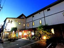 木造2階建て全8室敦賀湾を望むオーシャンビューのお部屋をご用意、グルメを楽しむ料理旅館です。