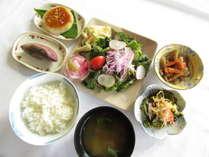 地元のお野菜を中心とした朝食はボリューム満点です。¥300で召し上がっていただけます。