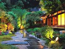 夜にはライトアップされる日本庭園