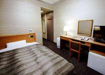 客室シングルルームの一例。セミダブルサイズのベッドを使用しております。ゆったりとお休み頂けます!