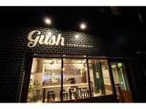 シンプルな黒タイル張りビル、「gush」の文字が目印★ 夜には電気を付けてお客様のお越しをお待ち致します