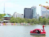 ホテル外観と不忍池で人気のスワンボート