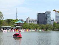 ホテル外観と不忍池とスワンボート