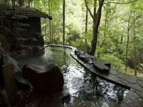 目の前に広がる槙原渓谷を見晴らす 野趣あふれる薬湯(びわの葉)露天風呂