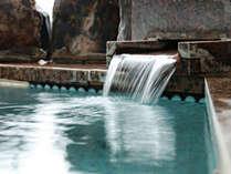 【客室一例】岩風呂付きです。周りを気にすることなく、ゆっくりと天然温泉で旅の疲れを癒やしてください。