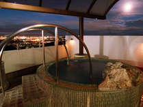 【特別室・露天風呂】夜になれば旭川の夜景を眼下に静かな入浴タイム