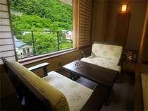 【別館広縁】眼下に流れる湯川と東山の木々を眺めながら、のんびりとお過ごしください。 一例