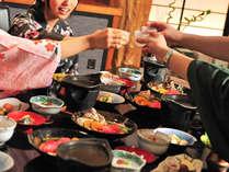 会席料理スタイルの夕食、会話や地酒とお楽しみください。