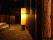 【わたり湯 入口】やさしく光る和紙に導かれて。