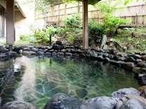 【月取り猿の湯】豊富な湯量の自家自噴泉。古くは川の脇の素朴な湯治場として会津藩士に親しまれました。