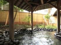 【月取り猿の湯】 豊富な湯量の自家自噴泉。古くは川の脇の素朴な湯治場として会津藩士に親しまれました。