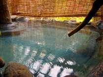 【千年の湯 露天風呂】紅葉の時期は葉の色味も温かくゆっくりとお風呂をお楽しみいただけます。