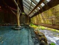 【千年の湯】渓流沿いの露天風呂(女性専用)。四季の移ろいを五感で感じる。