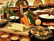 朝食は地元野菜たっぷりの和風ビュッフェ。