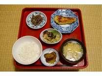 ~湯治Cプランの夕食例~ご飯・お漬物・お汁に、おかずが三品付くのが基本