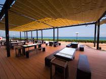 海を眺めるテラス席で浜焼きバーベキューを楽しめます。