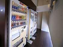 1階ロビー自動販売機では、カップラーメンなども販売中!飲料、アルコールの自販機は各階にもございます。