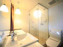 シングルルームのシャワーブースとトイレ