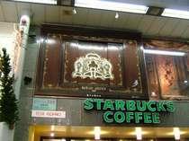 徒歩2分で朝食が取れるお店あります。さらに12時15時18時19時に扉が開いて楽しいことが・・・
