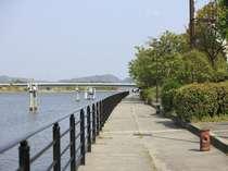 目の前の大橋川沿いは散歩コースに♪旅の朝はちょっと早起きしてリバーサイドを散策しては?♪