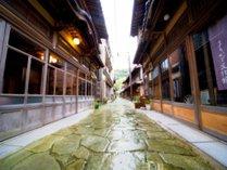 当館は、古の風情が残る『青石畳通り』に面しています。