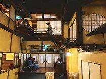 【美保館・本館】中庭だった空間を昭和初期にガラス天井を配しアトリウムに改築。非日常の不思議な空間に。