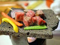 【人気の追加料理】溶岩プレートで焼く上州和牛サイコロステーキ